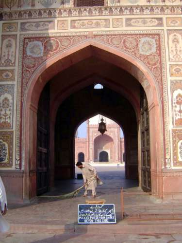 Pakistan: Lahore: Bad Shahi Mosque picture 4